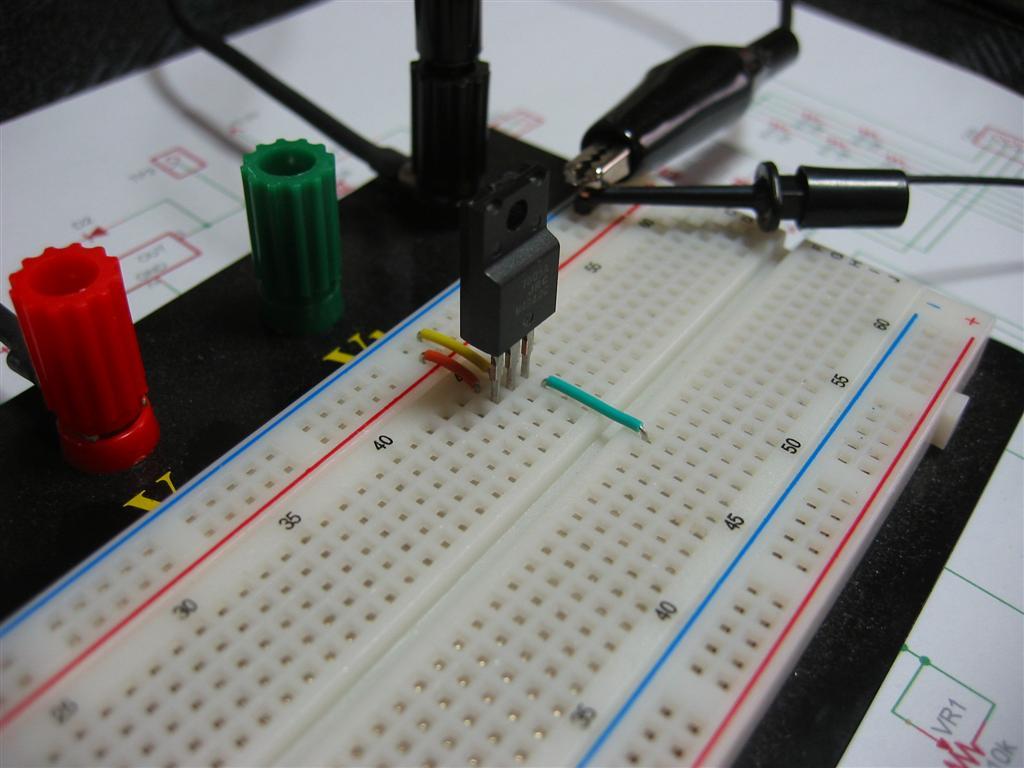 3端子レギュレータをブレッドボードに実装します